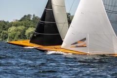 Klassieke varende jachten op een meer in een regatta stock foto's