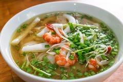 Klassieke Vietnamese soeppho met rijstnoedels en zeevruchten met groene smakelijke ui royalty-vrije stock fotografie