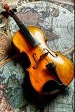 Klassieke viool op worldmap Stock Foto's