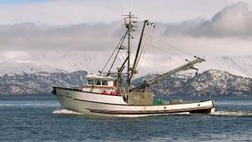 Klassieke vissersboot door snowcapped bergen stock videobeelden