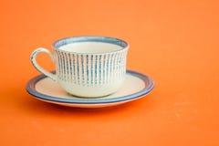 Klassieke Witte en Blauwe Koffiekoppen op Oranje Achtergrond Stock Afbeeldingen