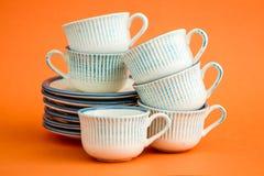 Klassieke Witte en Blauwe Koffiekoppen op Oranje Achtergrond Stock Fotografie