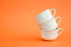 Klassieke Witte en Blauwe Koffiekoppen op Oranje Achtergrond Stock Foto
