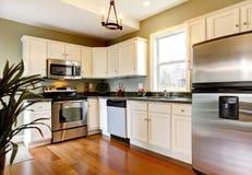 Klassieke witte en groene nieuwe keuken Stock Afbeeldingen