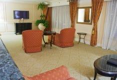 Klassieke woonkamer met twee leunstoelen en Televisie Royalty-vrije Stock Afbeeldingen
