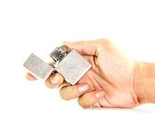 Klassieke zilveren benzineaansteker in mensenhand Stock Fotografie