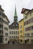 Klassieke Zwitserse cityscape bij regenachtige de herfstdag, Zürich, Zwitserland stock foto