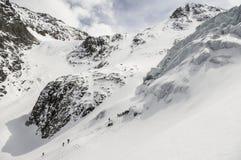 Klassifizieren Sie die Bergsteiger, die auf kletterndem Lager Aktru des Eises ausbilden Lizenzfreie Stockfotos