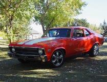 Klassiker återställda röda Chevrolet Camero arkivfoto