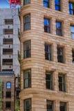 Klassiker buktad stenbyggnad arkivbild