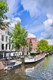 Klassiker erneuertes Boot machte in einem Kanal, Amsterdam, die Niederlande fest Lizenzfreie Stockfotos