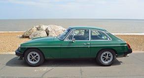 Klassiker laufendes grünes MGB GT parkte auf Seeseitepromenade Stockbild