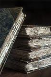 Klassiker, Weinlese, antiker Stapel Bücher, getragen, alt und zerlumpt Stockbilder