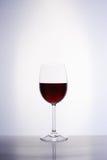Klassikerexponeringsglas av rött vin Royaltyfria Bilder