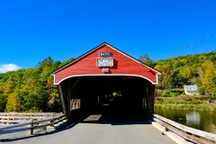 Klassikern amerikan utformade, den trädolda bron i New Hampshire, USA Royaltyfri Foto