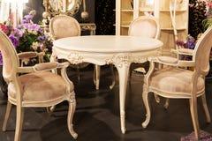 Bordlägga och stolar i ett möblemanglager Royaltyfri Fotografi