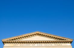 Klassisch eleganter Art Gallery von New South Wales, das Bild zeigt das Dach von ihm mit Hintergrund des blauen Himmels lizenzfreie stockfotografie
