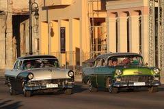 Klassische alte amerikanische Autos, die auf Malecon laufen Stockfotografie