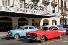 Klassische alte amerikanische Autos und Kinohalle Lizenzfreie Stockbilder
