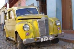 Klassische alte Autos auf den Kolonialkopfsteinstraßen Lizenzfreies Stockfoto