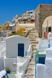 Klassische alte Straße in Santorini Stockfotografie