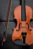 Klassische alte Violinenweinlese auf dem Leder Lizenzfreie Stockfotos
