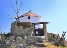 Klassische alte Windmühle gegen den blauen Himmel Lizenzfreies Stockbild