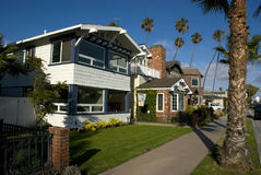 Klassische amerikanische Häuser in der Dichtung setzen - Orange County, Kalifornien auf den Strand Stockfotografie