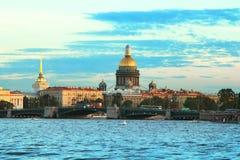 Klassische Ansicht des Neva-Flusses und des St. Isaac& x27; s-Kathedrale und die Palast-Brücke Lizenzfreie Stockfotografie