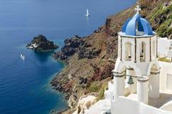 Klassische Ansicht Santorini mit weißem Glockenturm - Oia-Dorf in Griechenland Stockfoto