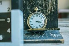 Klassische antike hölzerne Uhr Lizenzfreies Stockfoto