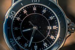 Klassische Armbanduhr auf Holz lizenzfreie stockfotos