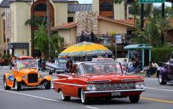Klassische Autos auf Parade Lizenzfreie Stockbilder