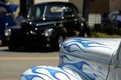 Klassische Autos, die sich gegenüberstellen Lizenzfreie Stockfotografie