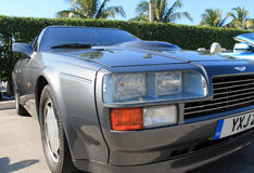 Klassische Autoscheinwerfer des Sports 80s grillen und grenzen an Stockfoto