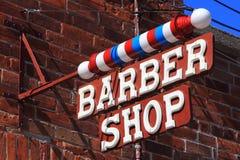 Klassische Barber Shop Sign auf Ziegelstein Stockfoto