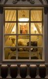 klassische Beleuchtung in einem Beleuchtungsshopfenster nachts, Inneneinrichtungsblumendekorationshausdekorationswand-Dekorations Stockfotos