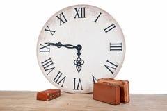 Klassische braune lederne Koffer der Weinlese und große Uhr Weltzeit im Innenkonzept Urlaubsreisefeiertag Stockfoto