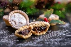 Klassische Briten zerkleinern Torten während der festlichen Weihnachtsjahreszeit lizenzfreie stockfotografie