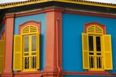 Klassische Fassade auf Kolonialbauten Stockfoto