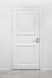Klassische geschlossene Holztür im weißen Büro lizenzfreies stockfoto