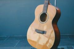 Klassische Gestalt der Gitarre durch hölzerne Art Lizenzfreies Stockfoto