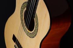 Klassische Gitarre auf einem schwarzen Hintergrund Stockfoto