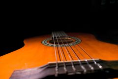 Klassische Gitarre mit schwarzem Hintergrund stockfotos