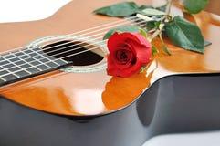 Klassische Gitarre und stieg. Stockbild