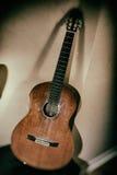 Klassische Gitarren-lehnende Ecke Lizenzfreie Stockbilder