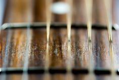 Klassische Gitarrenschnüre im Weichzeichnungsabschluß herauf Makroschuß, lizenzfreie stockbilder