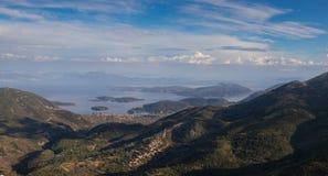 Klassische griechische Seeansicht vom Berg Lizenzfreie Stockbilder