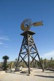 Klassische hölzerne Windmühle stockbild