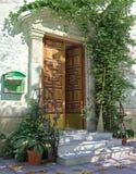 Klassische Haus-Haustür mit Treppen. Stockfotos